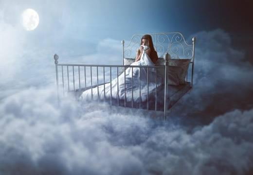 на кровати в облаках
