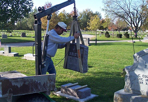 мужчина устанавливает памятник