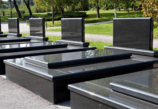 черные надгробия