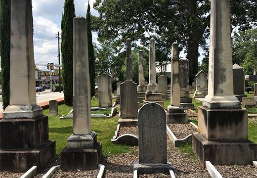 памятники на кладбище
