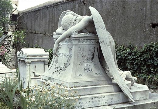 плачущий ангел на постаменте