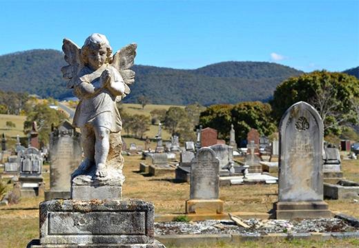 ангелочек со сложенными руками