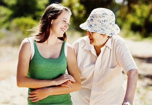 бабушка и внучка беседуют