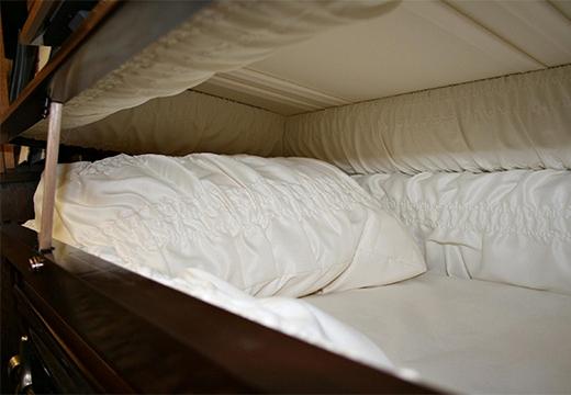 белая подушка в гробу