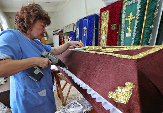 женщина работает над обшивкой