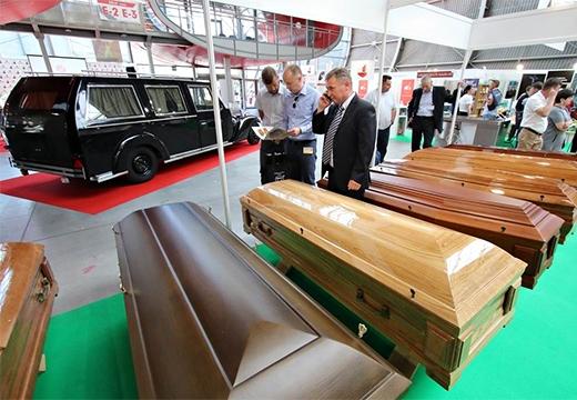 гробы на выставке