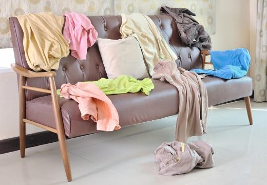 Вещи на диване