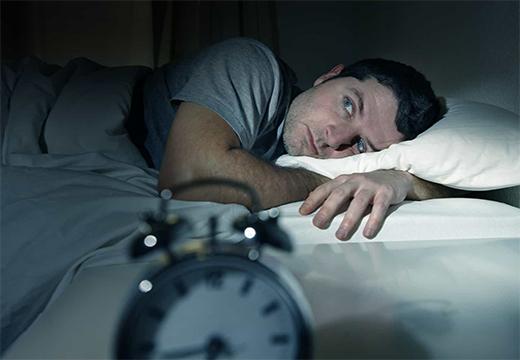 мужчина боится уснуть