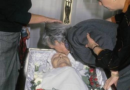 женщина целует покойника