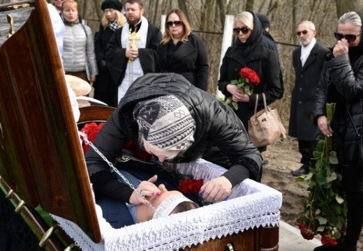 женщина прощается с покойником