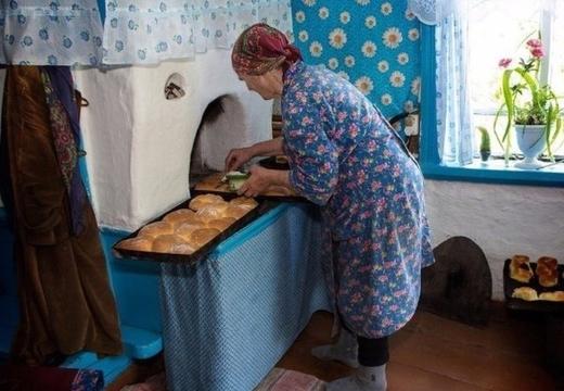 бабушка печет