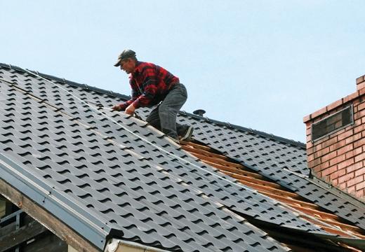 чинить крышу дома