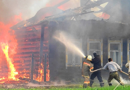 тушить горящий дом