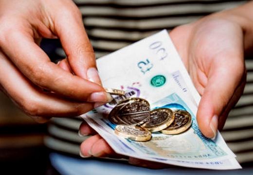 монеты купюры в руках