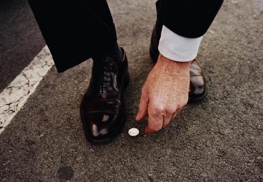 поднимать монету с земли