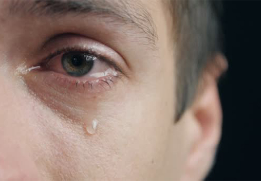слеза катится из глаза