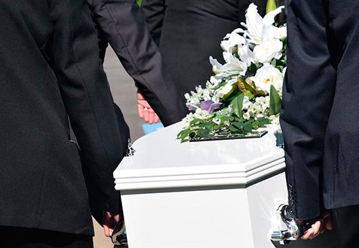 белый гроб переносят