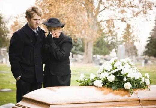 женщина парень у гроба