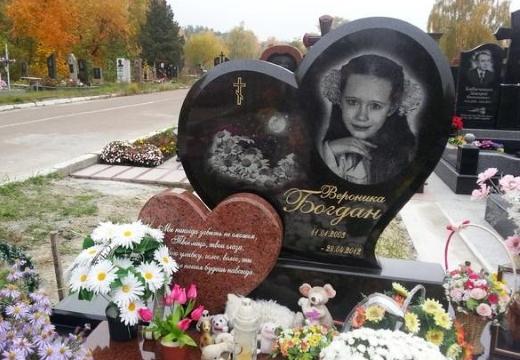 надгробный памятник девочке