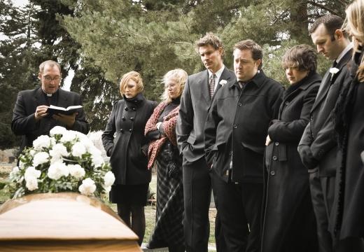 люби стоят у гроба