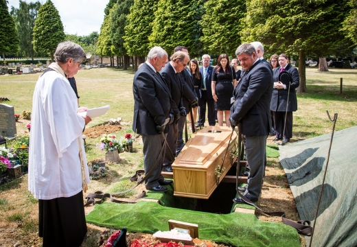 опускают гроб в землю
