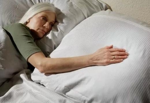 женщина рука на подушке