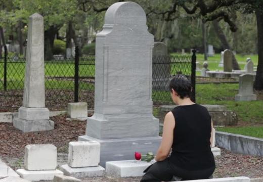 скорбящая женщина у могилы