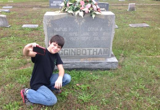 мальчик селфи у могилы