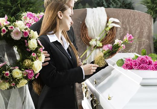 женщина возле гроба