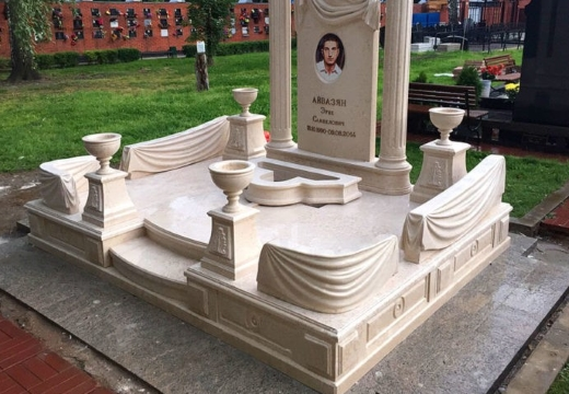 мраморный комплекс на могиле