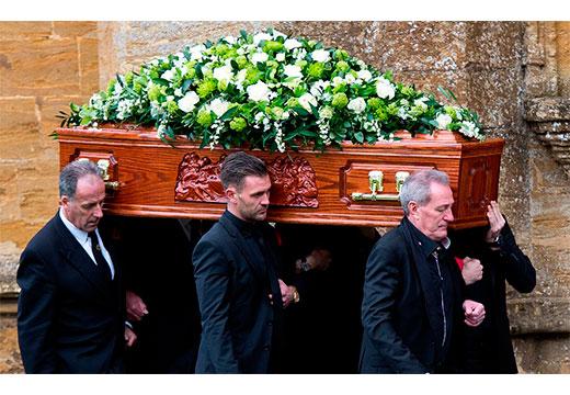 Родственники несут гроб