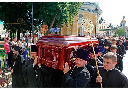 Священнослужители несут саркофаг