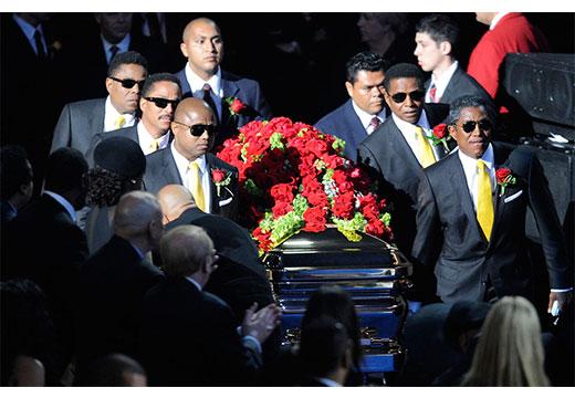 Церемониальная группа несет гроб