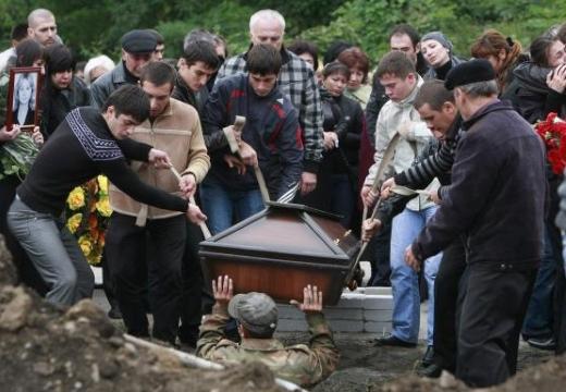 гроб опускают в могилу