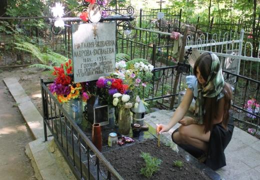 девушка посещает могилу