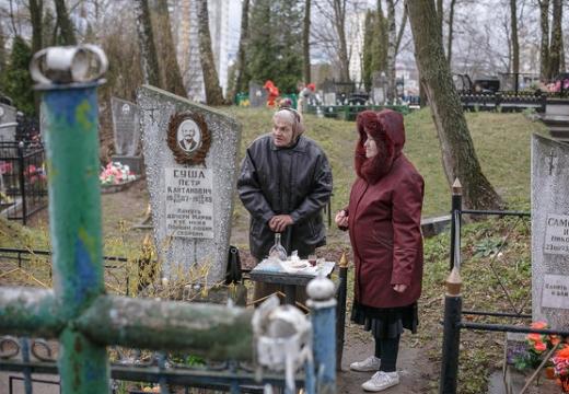 женщины посещают могилу