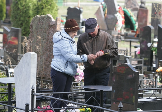 ставить свечу на кладбище