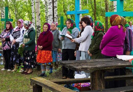 женщины молятся на кладбище