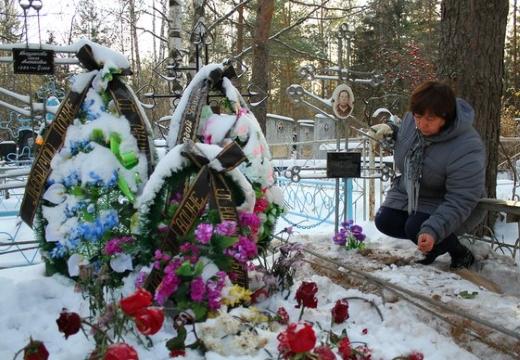 женщина у свежей могилы