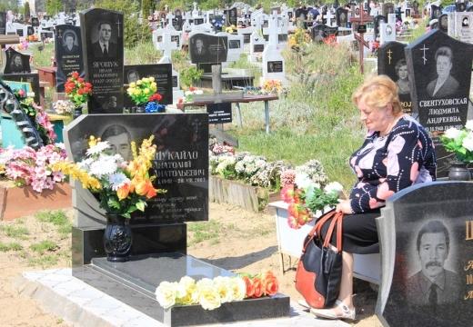 женщина на могиле мужа