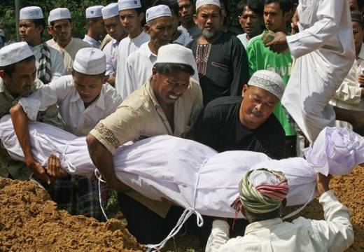 мусульмане опускают покойника в могилу