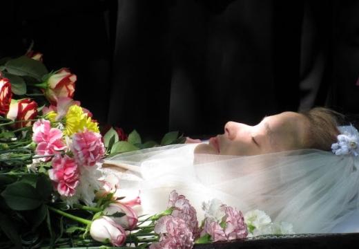 молодая девушка в гробу