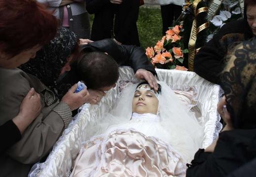 незамужняя женщина в гробу