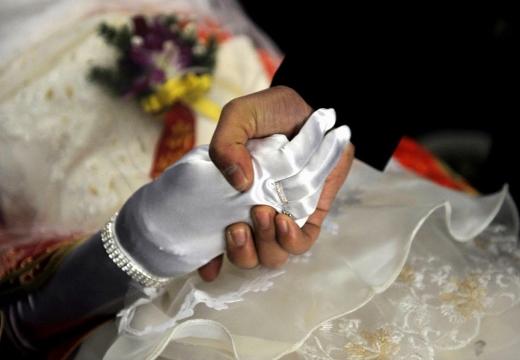 рука в белой перчатке