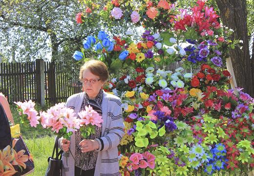 Женщина покупает цветы