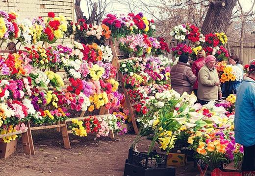 Женщины покупают цветы