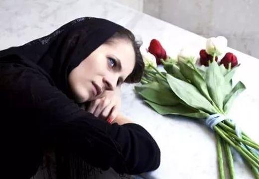 женщина в черном и розы