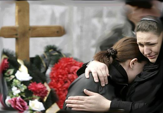 дочь и мама плачет