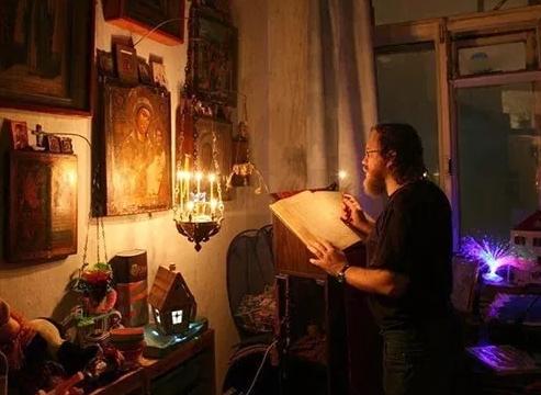 мужчина молится дома