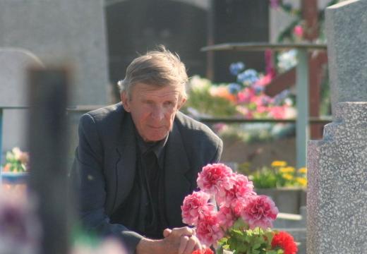 мужчина у могилы